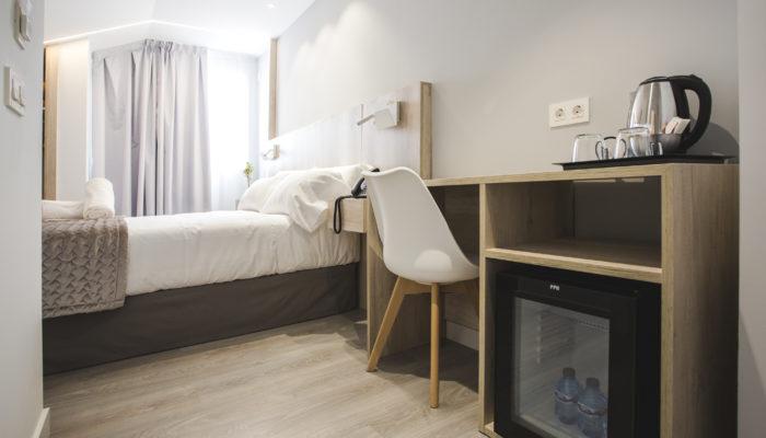 Escritorio y nevera Hotel Ábaster en Soria